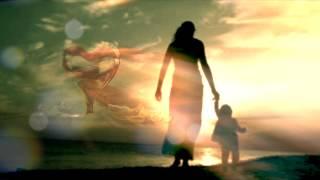 بالفيديو.. مصطفى شوقي يغني للأم «أمي مدرسة الأيام»