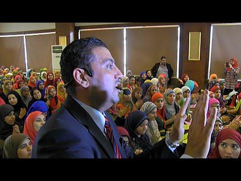 مدرس مصري يعتمد على الموسيقى والغناء في التدريس