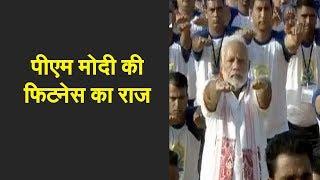 PM Modi performs asanas in Dehradun with 50,000 Volunteers | पीएम मोदी की फिटनेस का राज - ZEENEWS