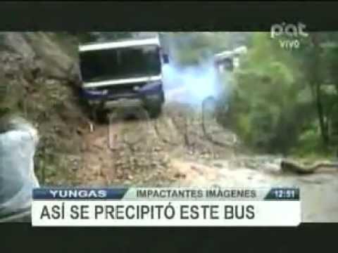 IMPACTANTE !!! BUS CAE AL PRECIPICIO EN LA CARRETERA DE LA MUERTE 2011