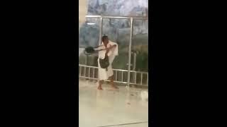 فيديو صادم لمعتمر يكسر حاجزاً زجاجياً ليصعد إلى جبل الصفا