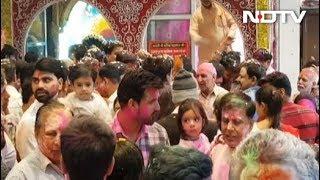 दिल्ली : मंदिरों में 'भगवान' के साथ होली खेलने पहुंचे लोग - NDTVINDIA