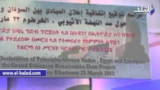 بالفيديو والصور.. خطأ لغوي باللغة الإنجليزية باللافتة المعلقة أعلى السيسي حول اتفاقية سد النهضة