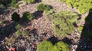 Kicillof conversó con miles de vecinos en Parque Centenario