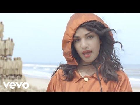 """M.I.A. w wyreżyserowanym przez siebie teledysku do piosenki """"Borders"""""""