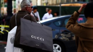 How to Avoid Going Broke While Holiday Shopping - BLOOMBERG