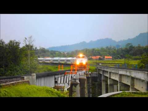 KA 40 Taksaka Melintas di Jembatan Linggapura