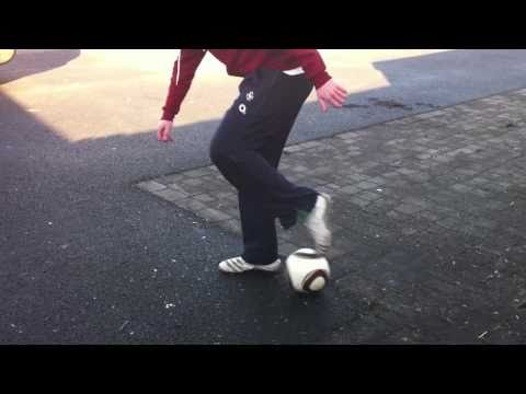 Freestyle Football :: Zlatan Flick / Popcorn (Tutorial)