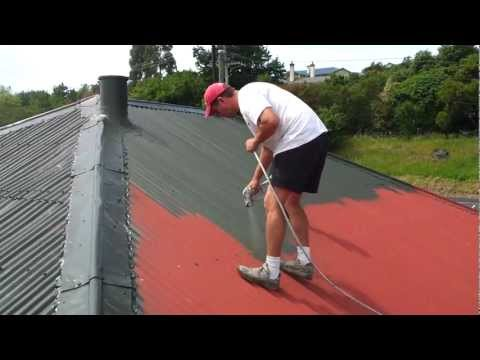 Evandro pintando telhado