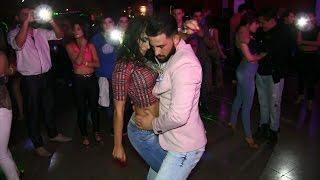 No entiendo por que todos quieren bailar con ella