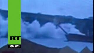 video puente con camiones se desploma sobre un río en China