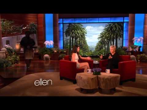 Selena Gomez recibiendo un gran susto en el programa The Ellen Degeneres Show