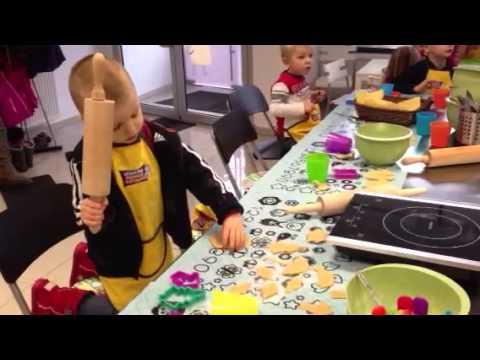 Akademia Młodego Kucharza uczy dzieci miedzy innymi robienia lizakow i pierników.