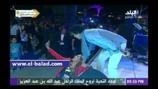 بالفيديو.. محمد منير يداعب فتاة خلال حفل «صدى البلد».. ويلتقط «سيلفي» معها