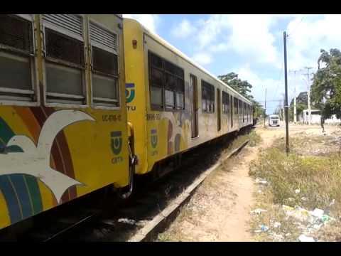 Trem saindo da Estação Jardim Manguinhos