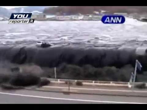 Tsunami Giappone video amatoriale le auto vengono spazzate via come giocattoli