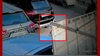 Video: दिल्ली के मोती नगर से बाइक चुराता शख्स सीसीटीवी में कैद - ITVNEWSINDIA