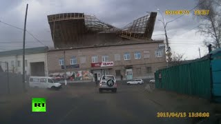 Dashcam RAW: Siberian gale flips roof off 2-storey building in Chita - RUSSIATODAY