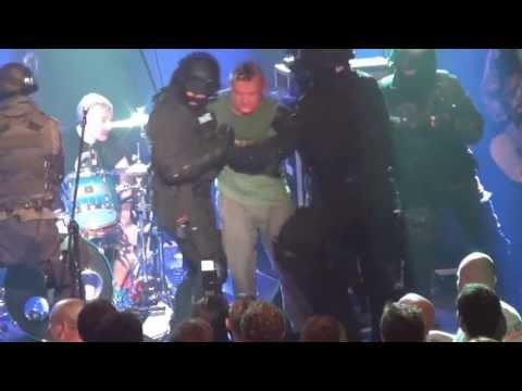 Kazik zatrzymany na scenie