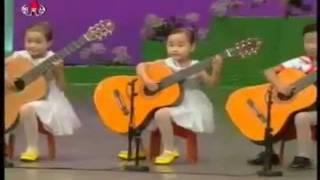 Виртуозная игра на гитаре корейских малышей.