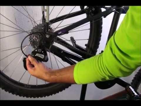 ¿Cómo se ajusta el desviador trasero?