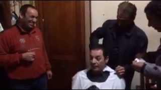 بالفيديو.. السبكي يصفف شعر محمود حميدة : «اوعى إيدك ياعم وإدينا اسبراي» | المصري اليوم
