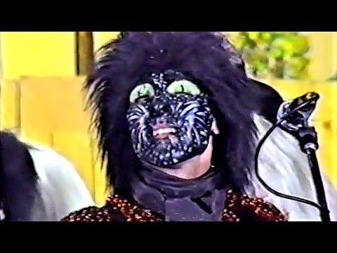 La agrupación Con uñas y dientes llega al COAC 1989 en la modalidad de Comparsas. En años anteriores (1988) concursaron en el Teatro Falla como Entre tus brazos, consiguiendo una clasificación en el concurso de Cuarto premio.