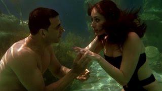 Akshay Kumar's underwater love for Kareena Kapoor - Kambakkht Ishq - EROSENTERTAINMENT