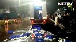 महाराष्ट्र में दूध उत्पादक किसान उतरे सड़कों पर, न्यूनतम कीमत 27 रुपये प्रति लीटर करने की मांग - NDTVINDIA