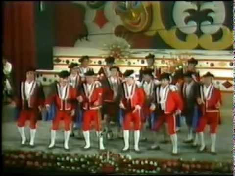 La agrupación Requiebro llega al COAC 1984 en la modalidad de Comparsas. Primera actuación de la agrupación para esta modalidad.
