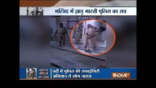 Aaj Ka Viral: Truth behind policemen cleaning a mosque - INDIATV
