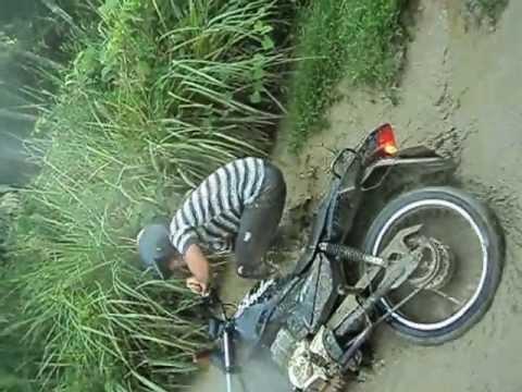 queda de moto dentro da lama kkkkk