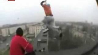 رجل جرئ يقفز من برج الي برج