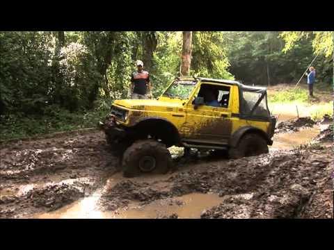 Jipes, buracos, trilhas e muita lama