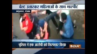 Goons assault women on road in Amritsar - INDIATV
