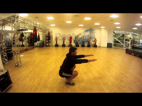 Treinando pernas em casa (ou em qualquer lugar!) - Agachamento e Afundo com Treinador Carlos Klein
