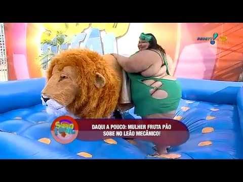 Sábado Total: Mulher Fruta Pão faz 1ª tentativa de subir no leão