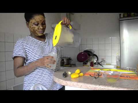 Le masque de largile pour la personne avec les huiles volatiles