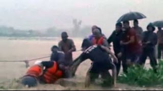 Woman caught in flood rescued after several hours of efforts by locals - NDTVINDIA
