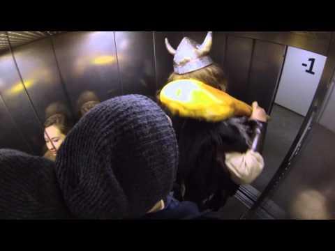 Video: Dabar jie juokiasi - Bet jei liftas užstrigtų, bent netektų badaut