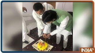 Tejashwi Yadav ने बड़े भाई तेज प्रताप के जन्मदिन पर काटा Cake, Twitter पर यूं आया रिएक्शन - INDIATV