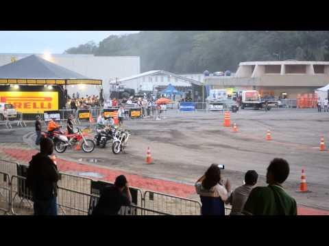Manobras de Moto 1000cc com fogo super arriscado e empolgante assiste a este show com super motos