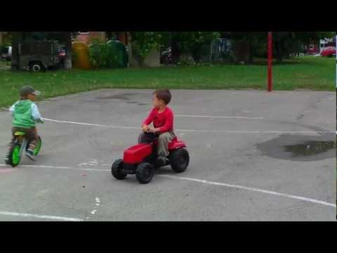 czerwony traktorek