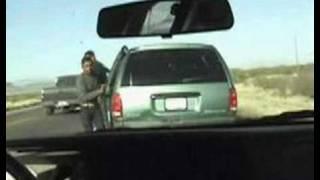 車の中の十数人を逮捕しようとするが、ことごとく逃げられる。