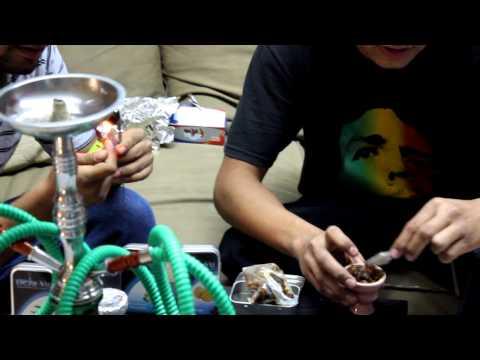 fumando hookah en la manzana