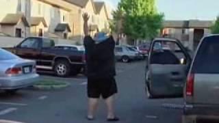 容疑者逮捕の動画。容疑者の腹を見て笑いそうになる警官