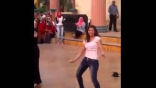 وصلة رقص سيدة وفتاة تثير الجدل في دريم بارك