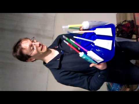 Xavi Gallego tocando un instrumento hecho por el con material de desecho o reciclado
