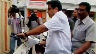 नितिन गडकरी स्कूटर पर बगैर हेलमेट पहने आरएसएस के मुख्यालय पहुंचे - NDTVINDIA