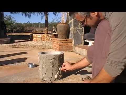 Maceta cemento decorada con piedras.